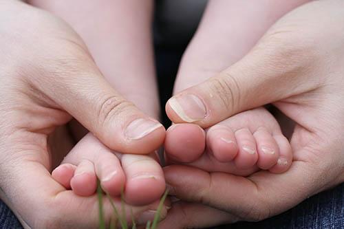main-tenant-petits-pieds