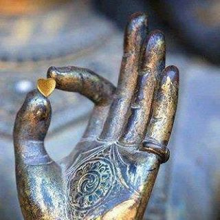 petit coeur entre les doigts