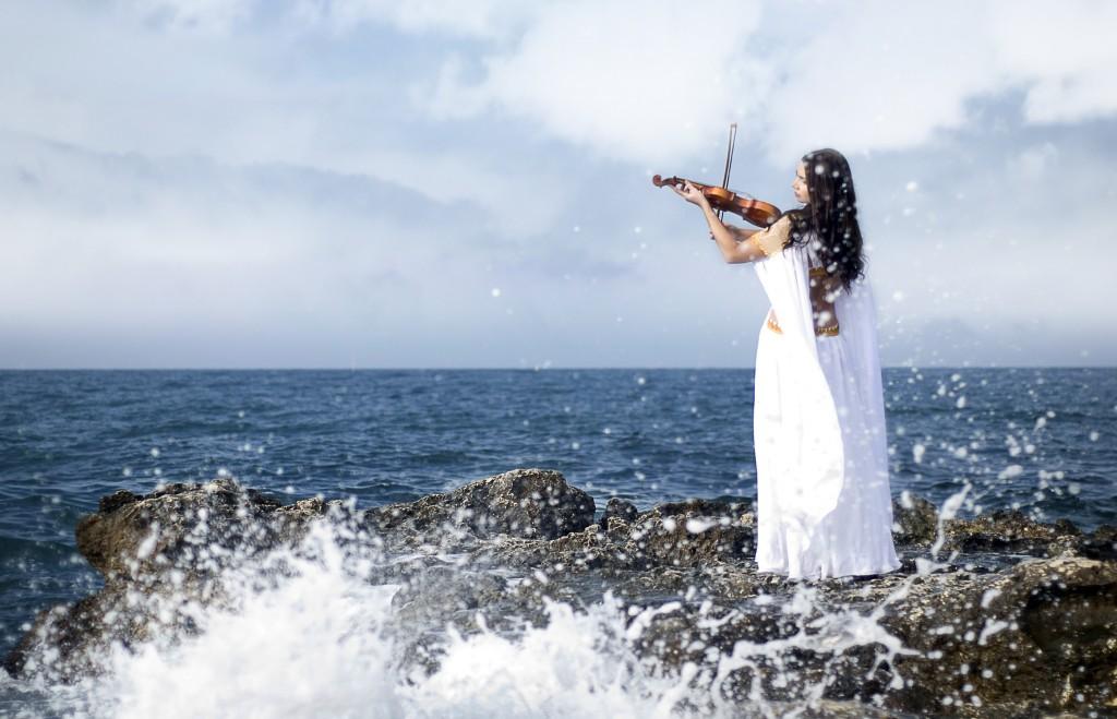 violoniste au bord de l'eau